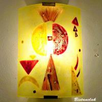 Luminaire mural jaune et rouge au design geometrique