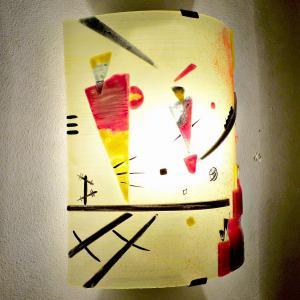 Luminaire applique murale jaune et rouge inspiration kandinsky structure joyeuse 10