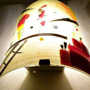Luminaire applique murale jaune et rouge inspiration kandinsky structure joyeuse 11