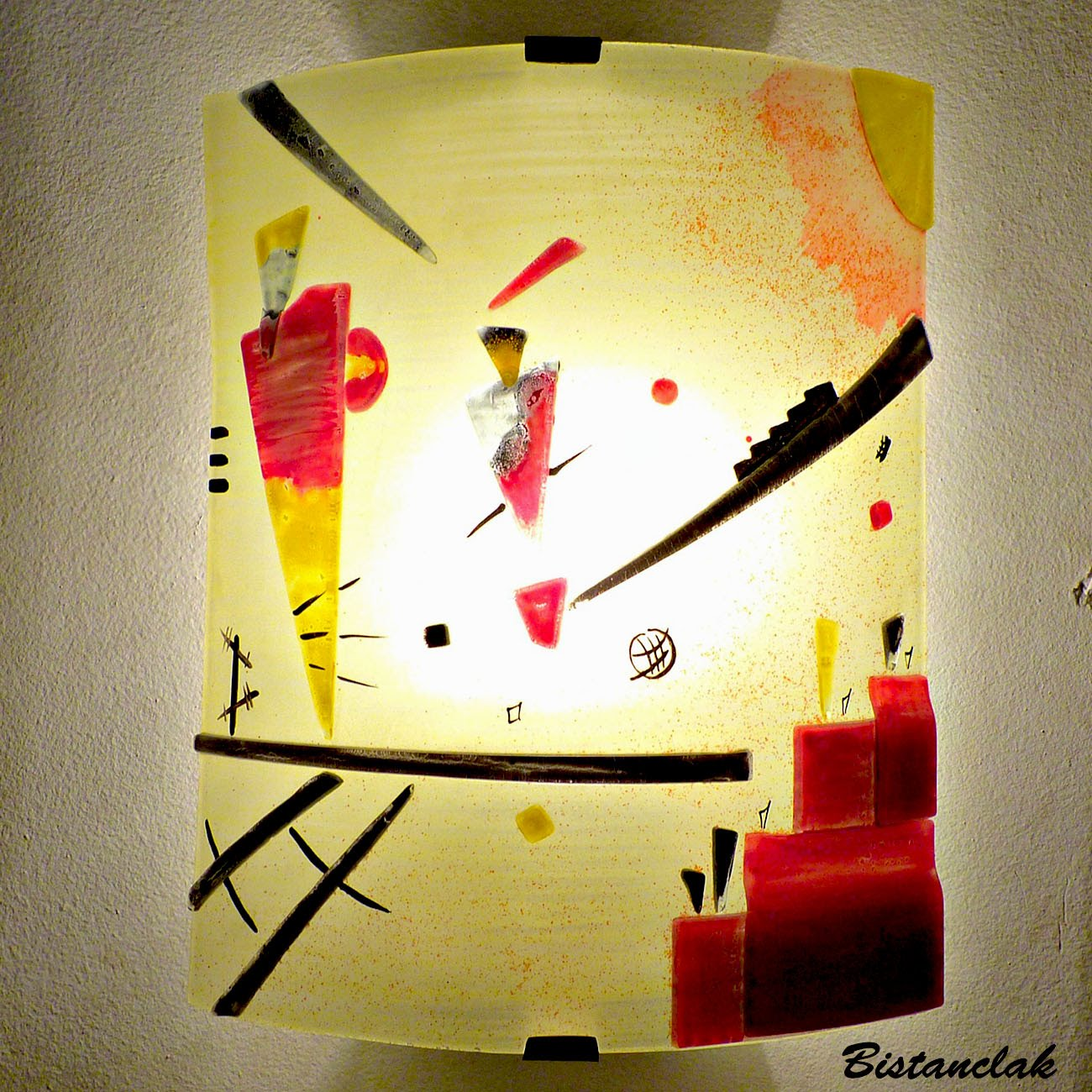 Applique luminaire jaune et rouge motif géométrique inspirée de STructure joyeuse par Kandinsky; fabrication artisanale française