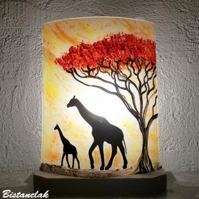 Luminaire artisanal a poser jaune orange motif girafes sous un arbre rouge vendu en ligne sur notre site 1