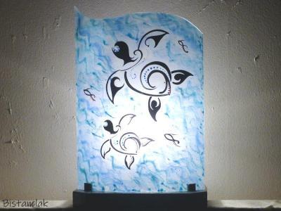 Luminaire bleu motif tortue stylisee