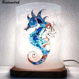 Luminaire decoratif a poser blanc motif hippocampe bleu et orange vendu en ligne une creation artisanale d ardeche