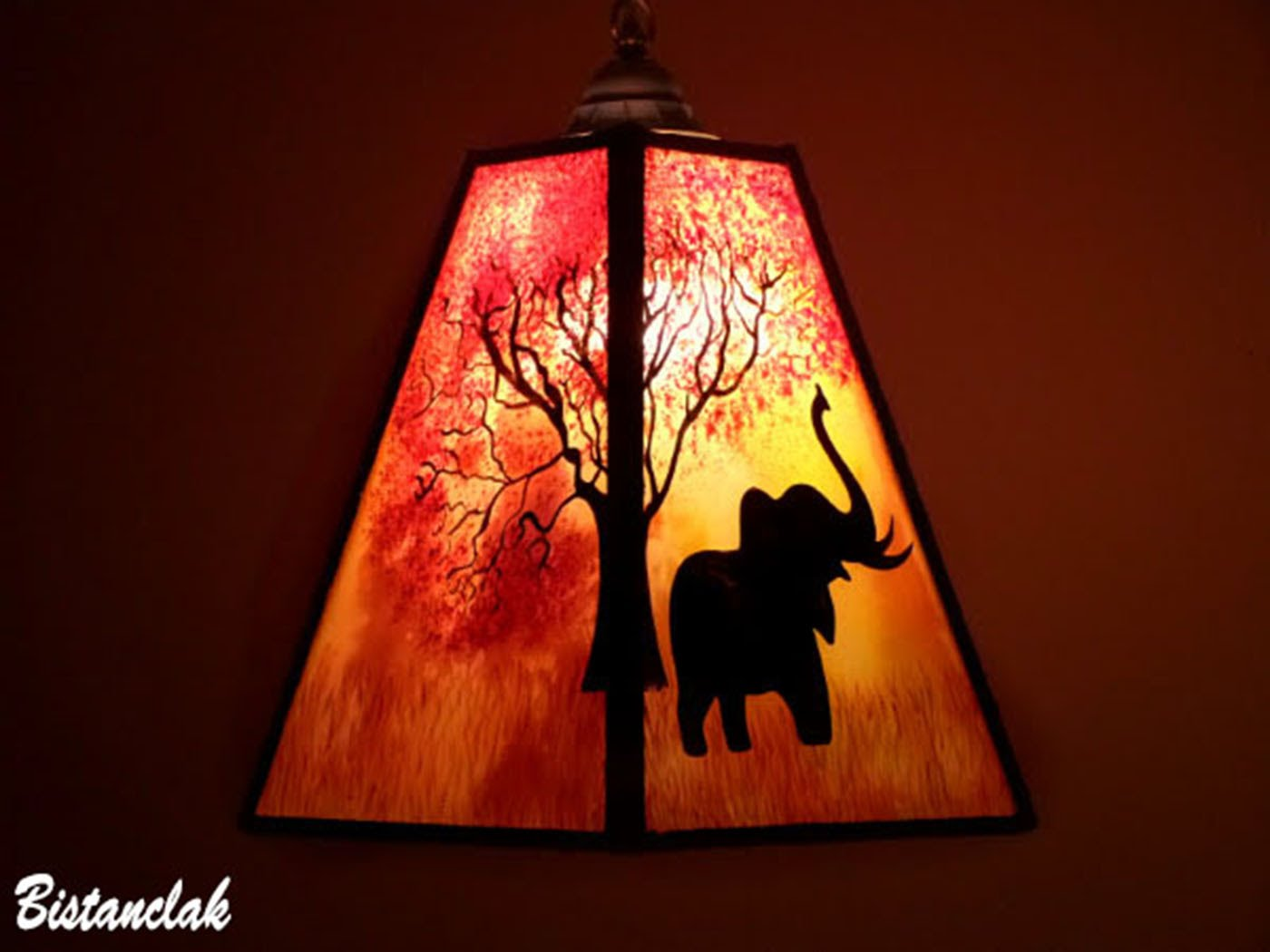 Lustre suspension forme trapeze de couleur jaune orange rouge motif arbre et elephant 10