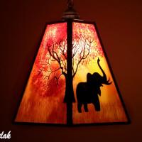 Lustre suspension forme trapeze de couleur jaune orange rouge motif arbre et elephant 10