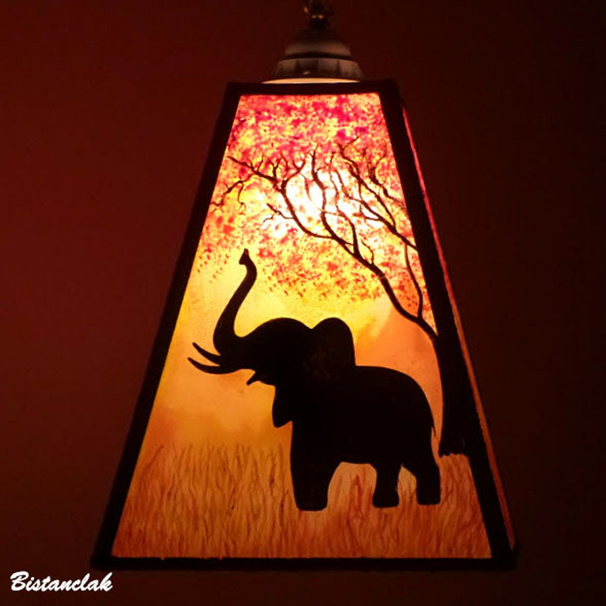 Lustre suspension forme trapeze de couleur jaune orange rouge motif arbre et elephant 12