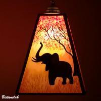 Lustre suspension forme trapeze de couleur jaune orange rouge motif arbre et elephant 12