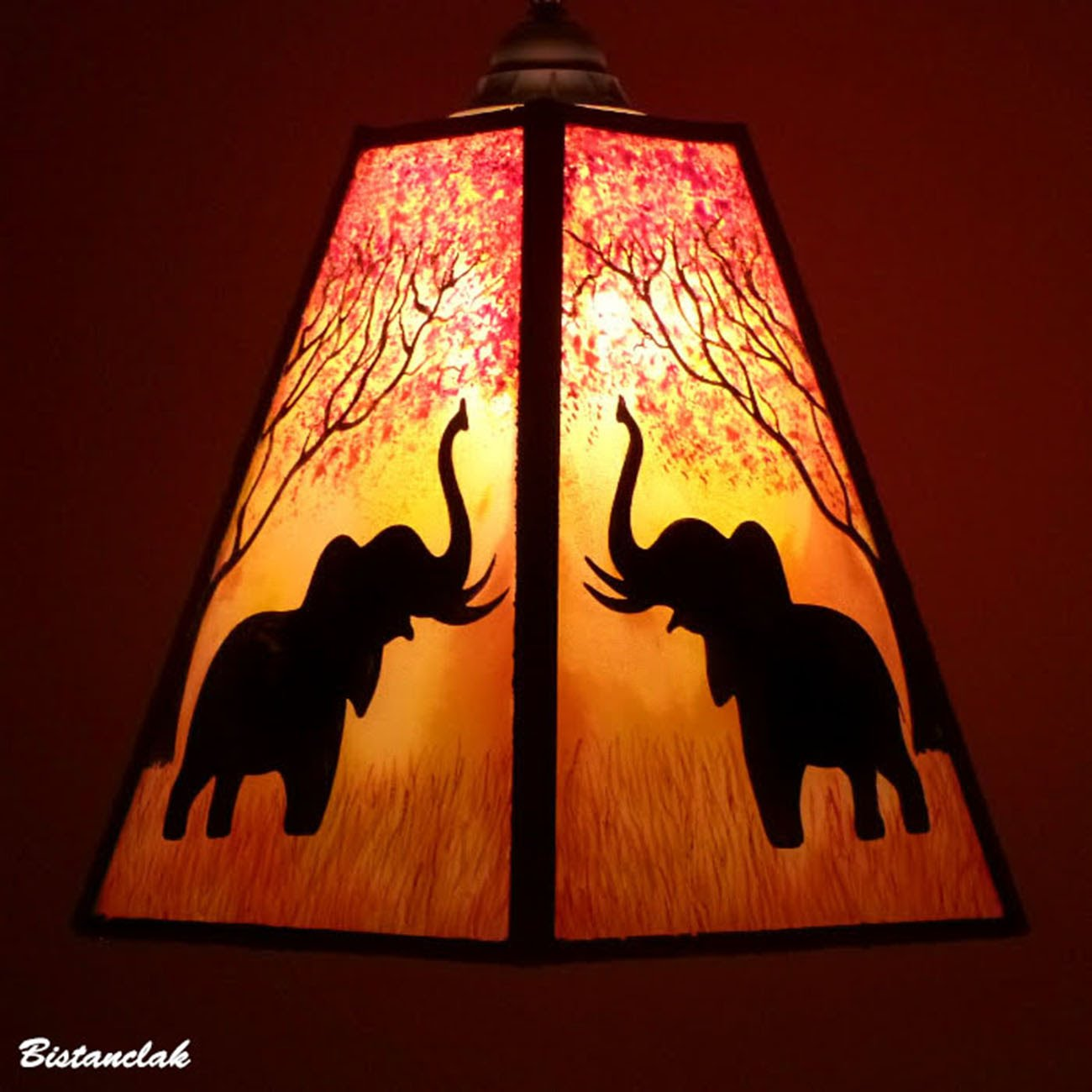 Lustre suspension forme trapeze de couleur jaune orange rouge motif arbre et elephant 6