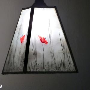 Lustre suspension forme trapeze noir et blanc motif coquelicots rouge 2