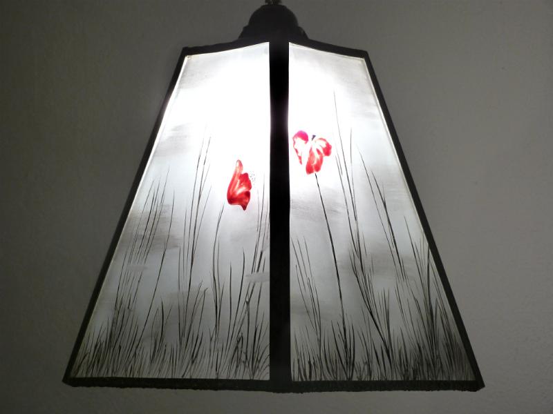 Lustre trapèze noir et blanc motif coquelicots rouges