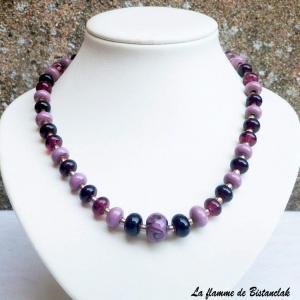 Collier de perles de verre prune, glycine, violet collection fleur en spirale vendu en ligne sur notre site