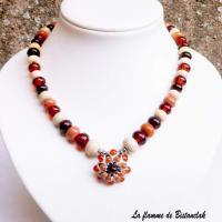 Collier cabochon fleur en relief et perles de verre topaze, cuivre, brun, ivoire vendu en ligne sur notre site