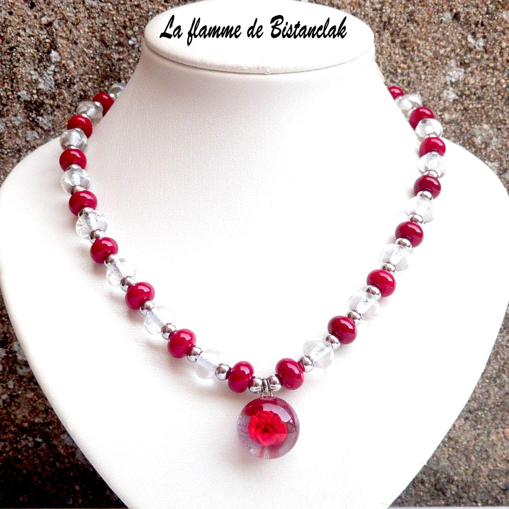 collier cabochon fleur rouge et perles de verre rouges et transparentes incolores, une création artisanale française vendue en ligne sur notre site