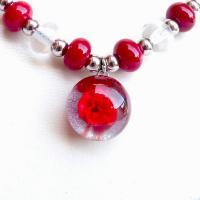 Cabochon central fleur rouge du collier de perles de verre vendu en ligne sur notre site