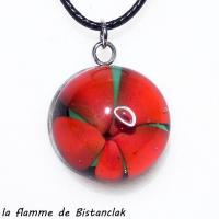 Pendentif cabochon en verre file fleur a cinq petales rouge
