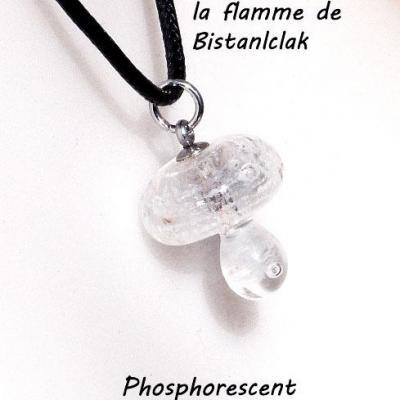 Collier pendentif champignon blanc phosphorescent bleu