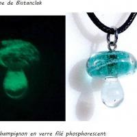 Pendentif champignon en verre file bleu canard phosphorescent vert