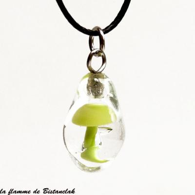 Pendentif goutte champignon vert clair en verre filé
