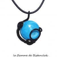 Pendentif verre file tresse noir cabochon bleu ciel