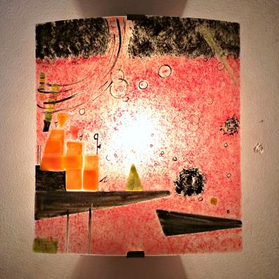 Luminaire applique murale rouge et et multicolore inspiré de Kandinsky