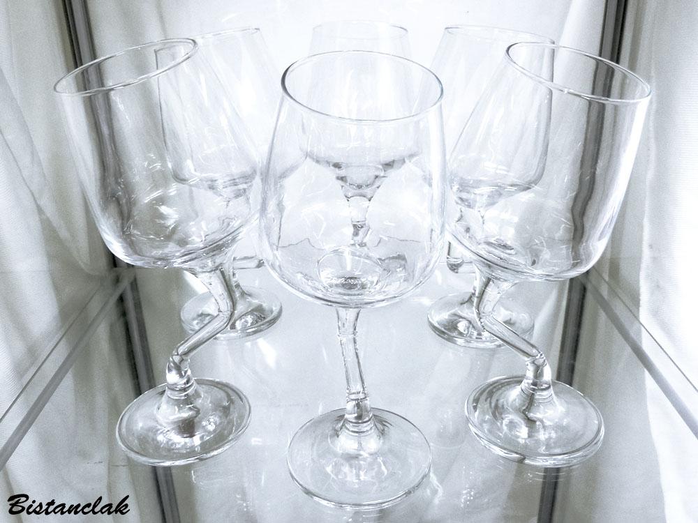 Services de six verres a pieds originaux et penches