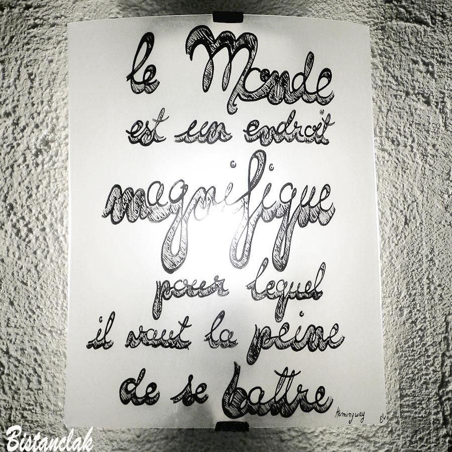 Vente en ligne de l applique murale blanche decoree d une citation d hemingway en joli lettrage