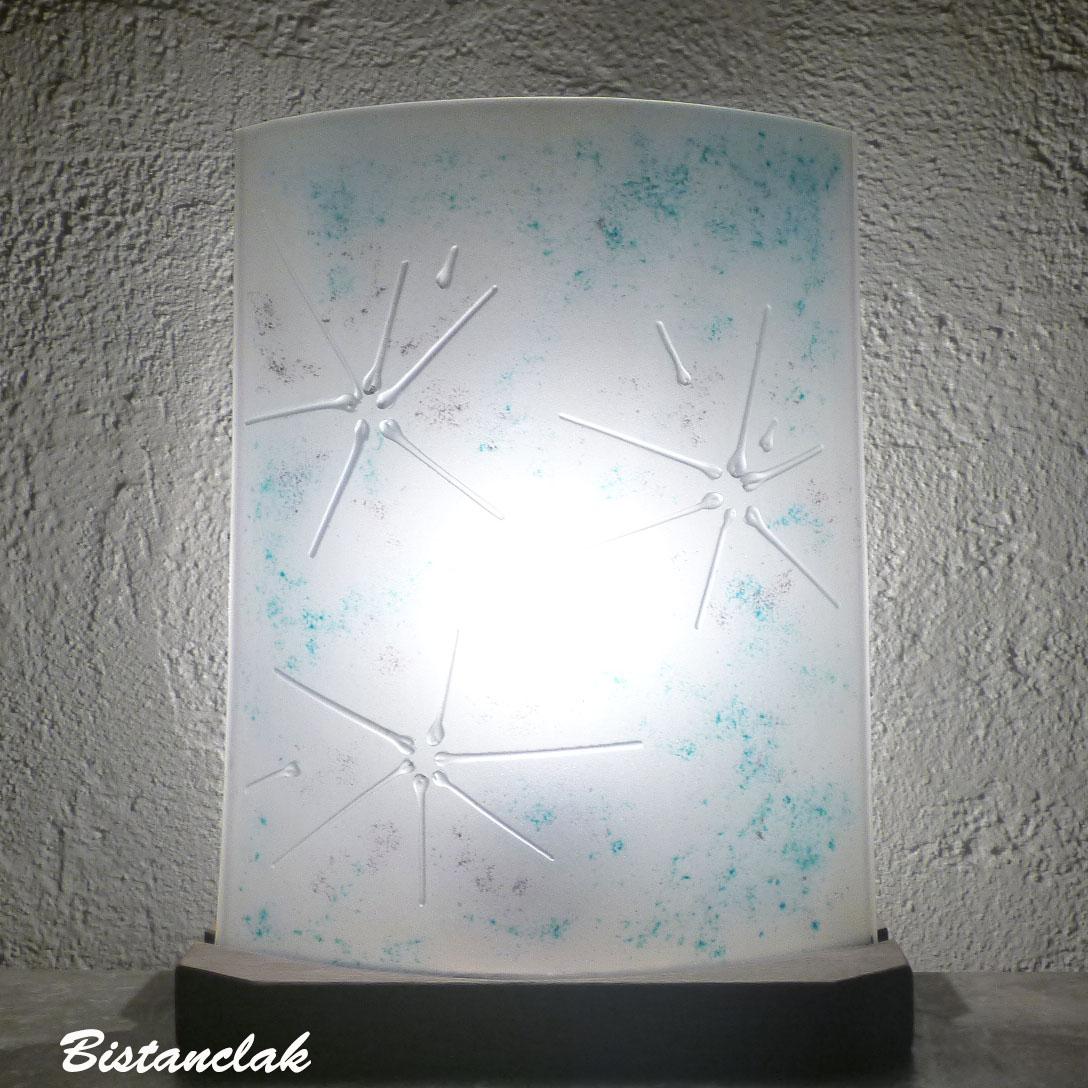 Vente en ligne de la lampe blanche turquoise et mauve motif fleur épurée