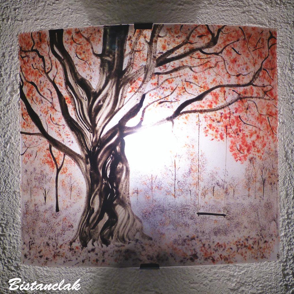 Applique en verre coloré rouge et mauve motif arbre et balançoire