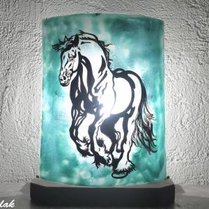 lampe vert turquoise au dessin d un cheval
