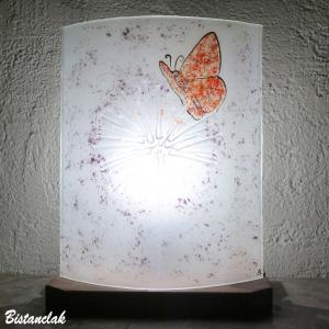 lampe decorative blanche et mauve motif papillon rouge sur pissenlit