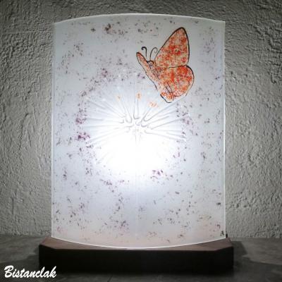 Lampe décorative blanche et mauve motif papillon rouge sur pissenlit
