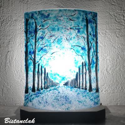 Lampe décorative bleu turquoise au dessin d'une allée bordée d'arbres