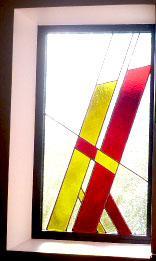 Vitrail aux lignes droites epuree jaune et rouge realise sur mesure