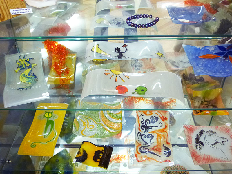Ds vides poches en verre, de différentes tailles, formes et graphismes
